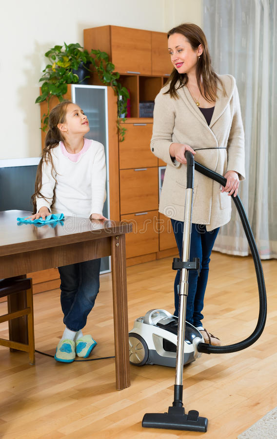 在家清洗的妇女和的女孩 免版税库存照片