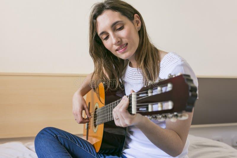 隔壁少妇淫荡��h�_在家演奏吉他和h的一个美丽的少妇的画象. 性能, 技艺家.