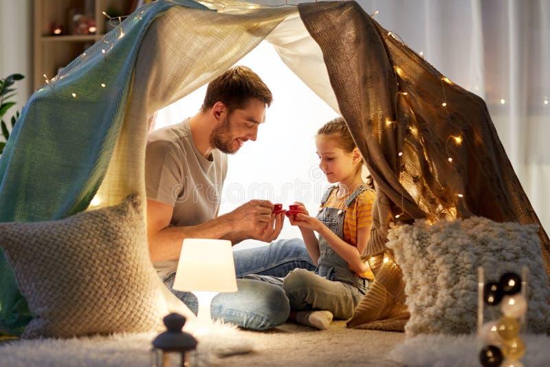 在家演奏在孩子帐篷的家庭茶会 免版税库存照片