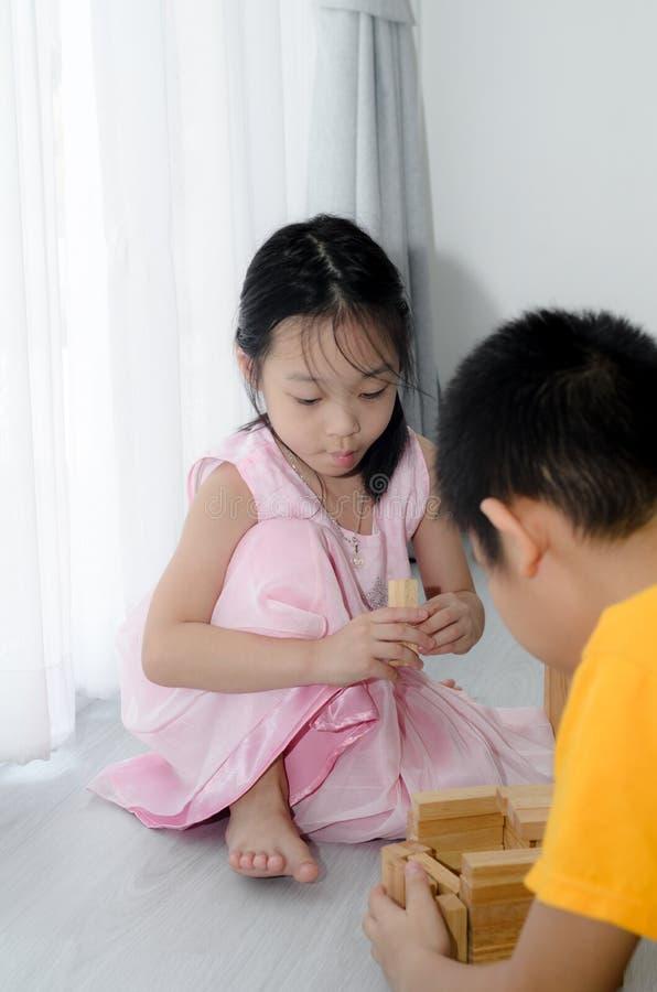 在家演奏木块的孩子 免版税库存照片