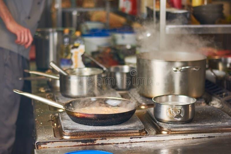 在家烹调厨房的人 免版税图库摄影