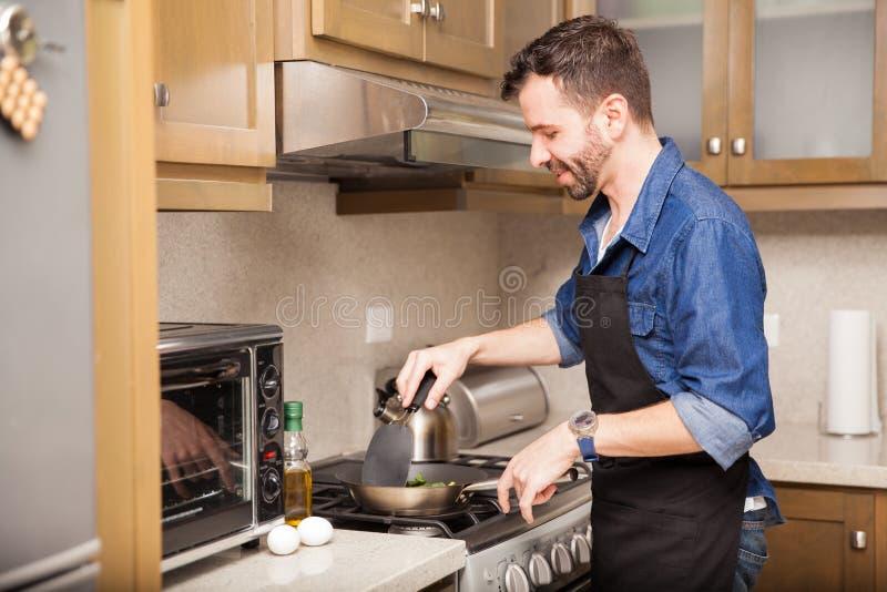在家烹调早餐的人 库存照片