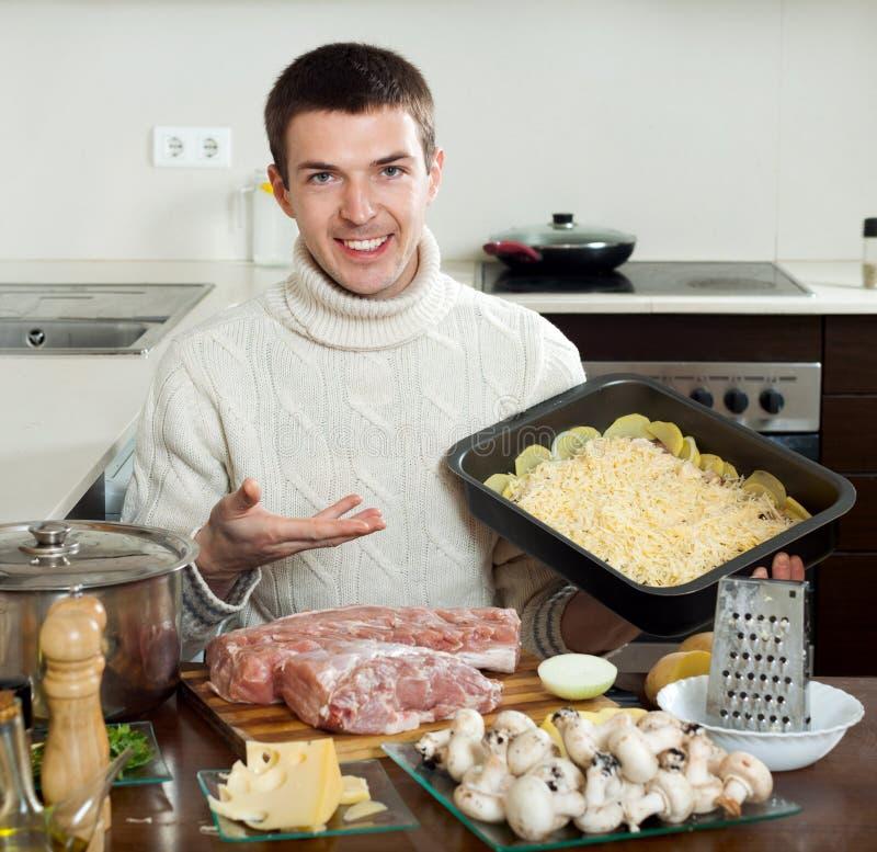 在家烹调法国式肉的普通的人 免版税库存照片