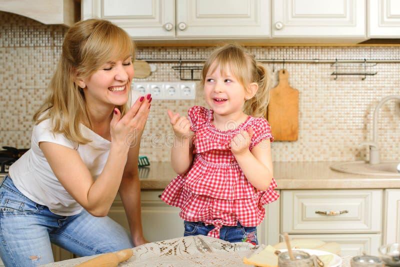 在家烹调的母亲和的女儿 圣诞节饼干 家庭甜点 快活的圣诞节 节日快乐 家庭准备假日 免版税库存照片