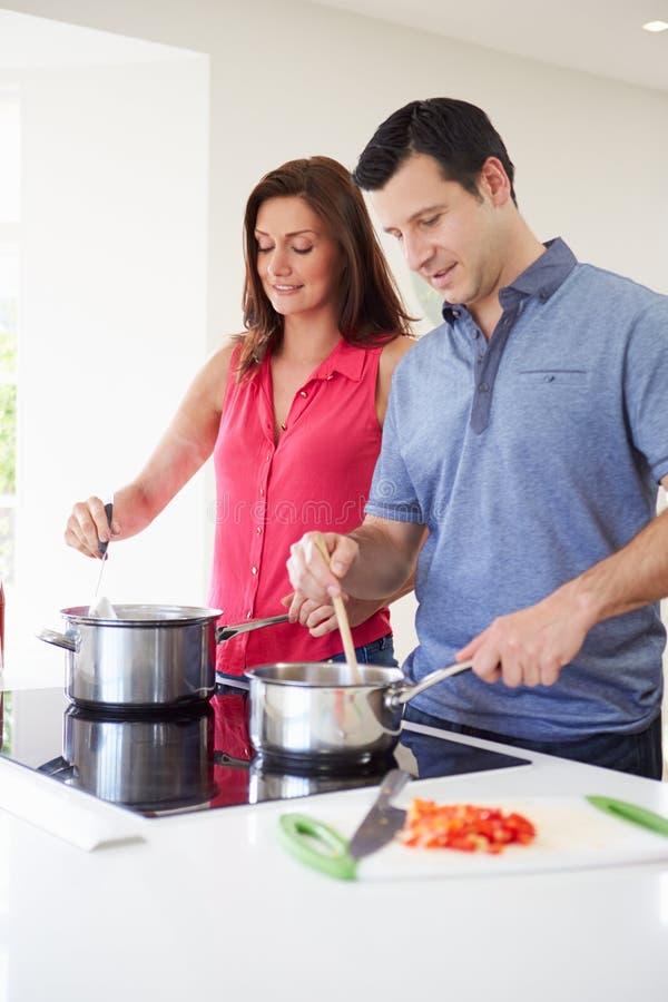 在家烹调膳食的西班牙夫妇 库存图片