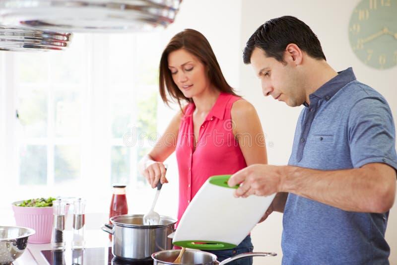 在家烹调膳食的西班牙夫妇 库存照片