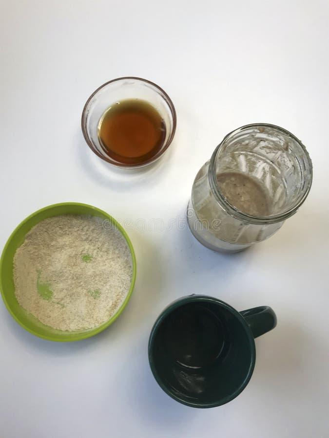 在家烹调面包发酵母 在桌上是成份 面粉、蜂蜜和水 库存图片