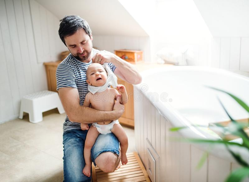 在家生与小孩孩子,准备好浴 免版税图库摄影