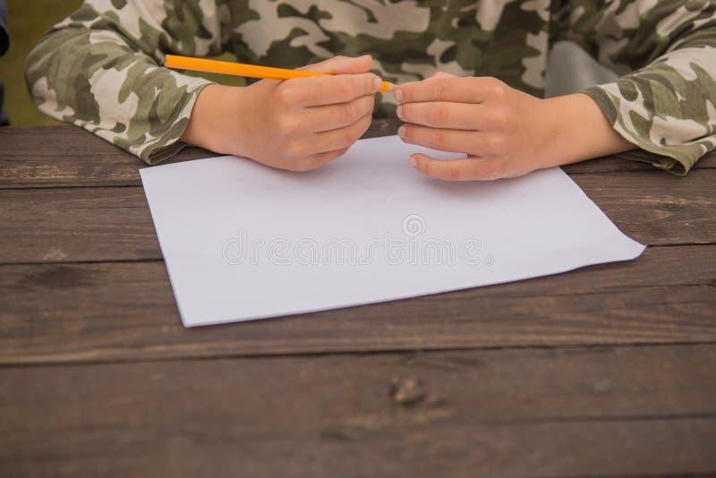 在家画逗人喜爱的小男孩 r 在幼儿园的创造性的孩子绘画 发展和教育概念 Happ 库存照片