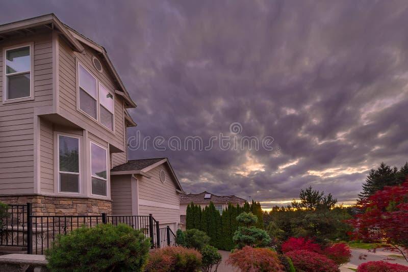 在家的风雨如磐的天空在郊区邻里 免版税库存照片
