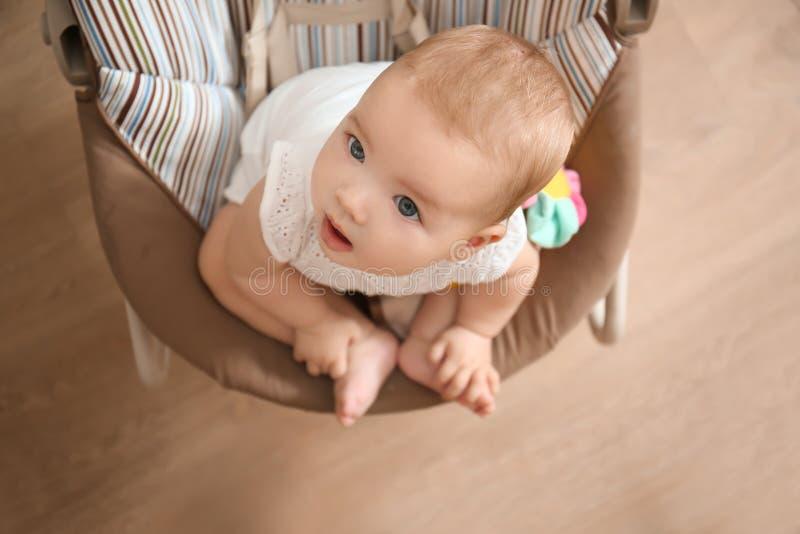 在家看母亲的摇摆物的可爱宝贝 免版税库存照片