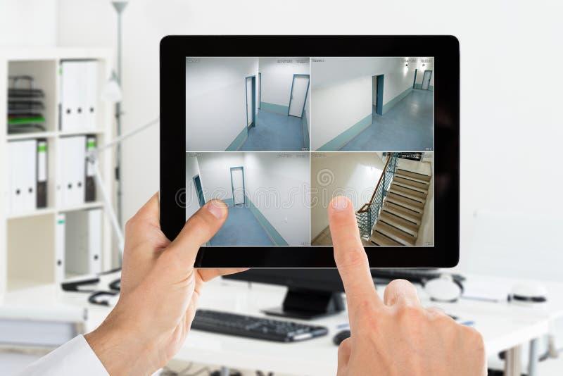 在家看照相机CCTV录影的人 库存图片