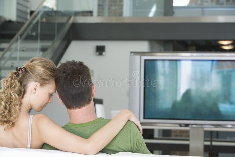 在家看电视的夫妇 库存照片