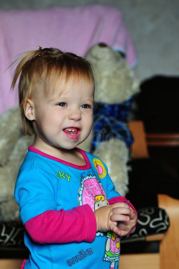 在家看电视的小美丽的女孩 免版税库存图片