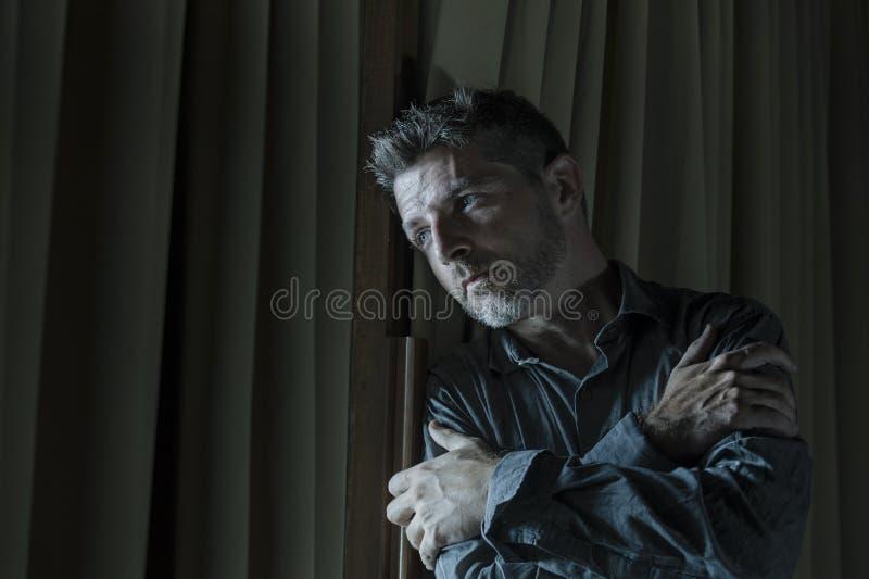 在家看起来英俊的哀伤和沮丧的人绝望遭受的消沉问题感觉的伤心的痛苦绝望  免版税库存图片
