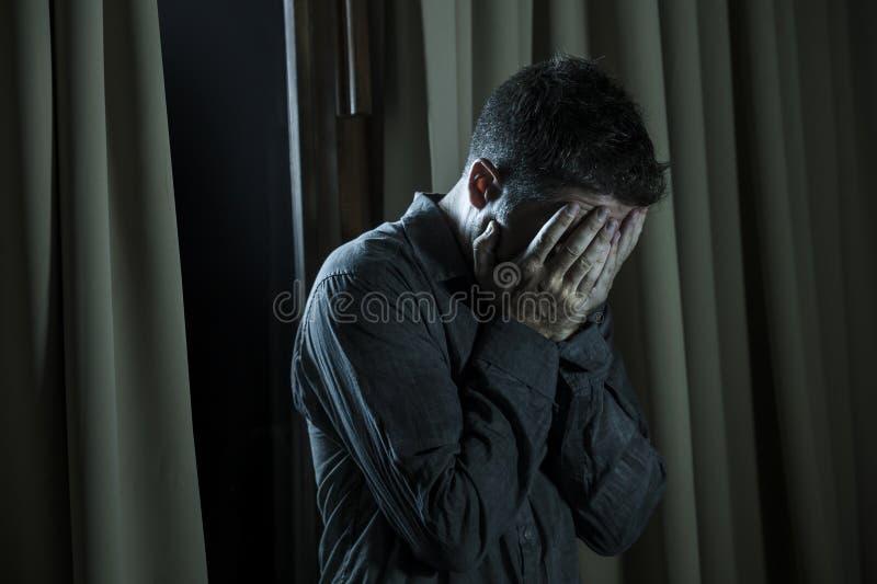在家看起来英俊的哀伤和沮丧的人绝望遭受的消沉问题感觉的伤心的痛苦绝望  库存照片