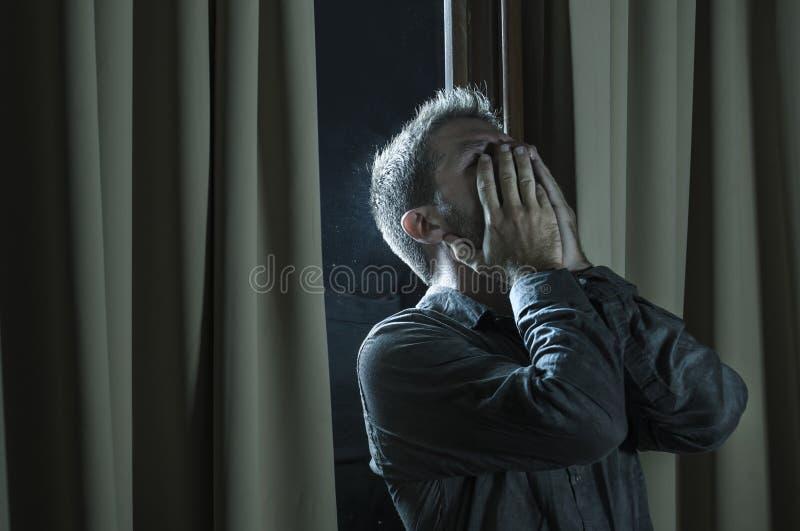 在家看起来英俊的哀伤和沮丧的人绝望遭受的消沉问题感觉的伤心的痛苦绝望  免版税图库摄影