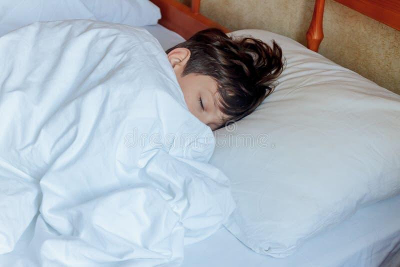 梦见同事和我睡床上