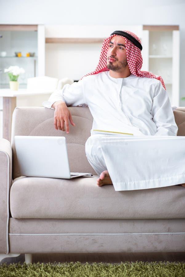 在家研究他的工作的阿拉伯人 免版税图库摄影