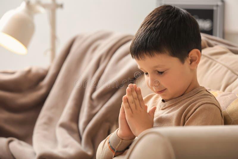 在家祈祷的小男孩 库存照片