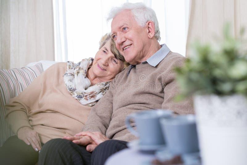 在家约会年迈的夫妇 免版税库存图片