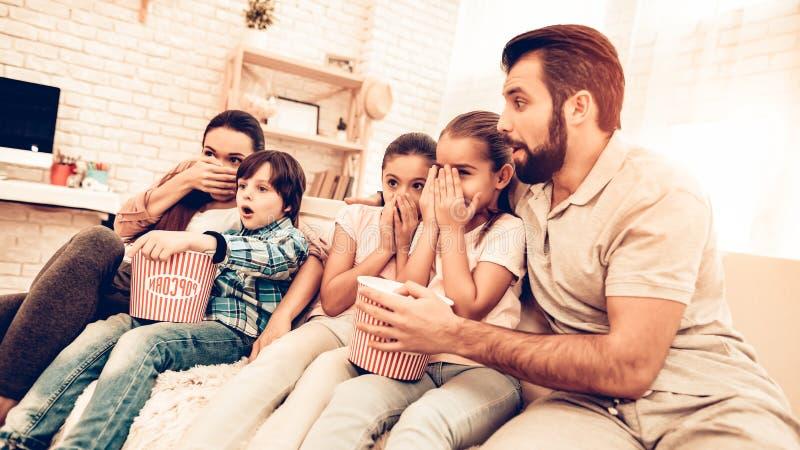 在家观看可怕电影的快乐的家庭 库存照片