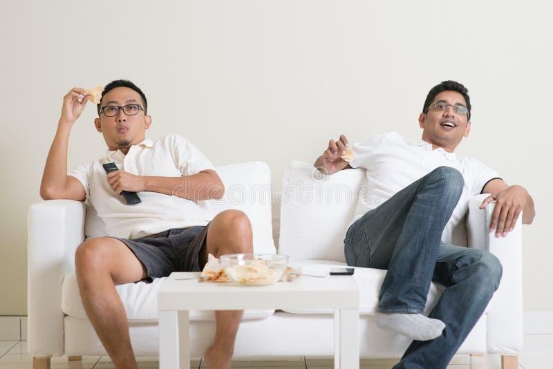 在家观看在电视的人活体育比赛 免版税库存照片