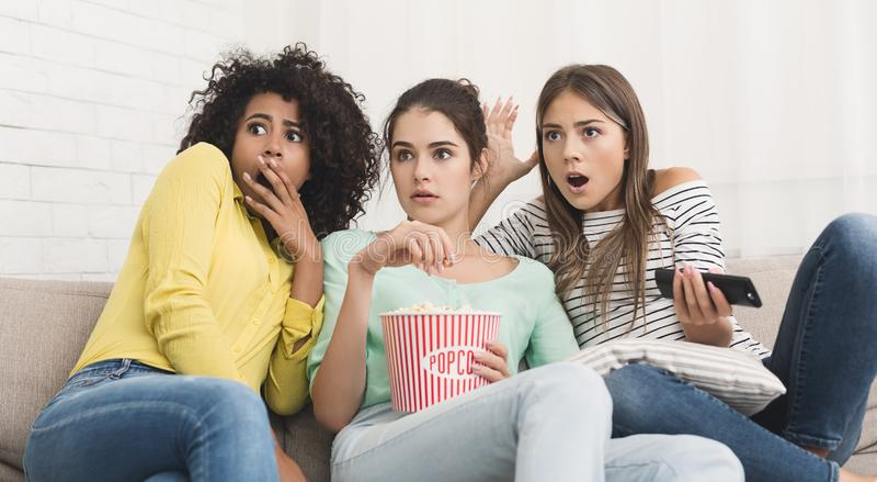 在家观看在电视的女孩恐怖电影 库存照片