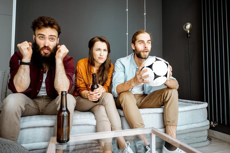 在家观看足球赛的朋友 库存照片