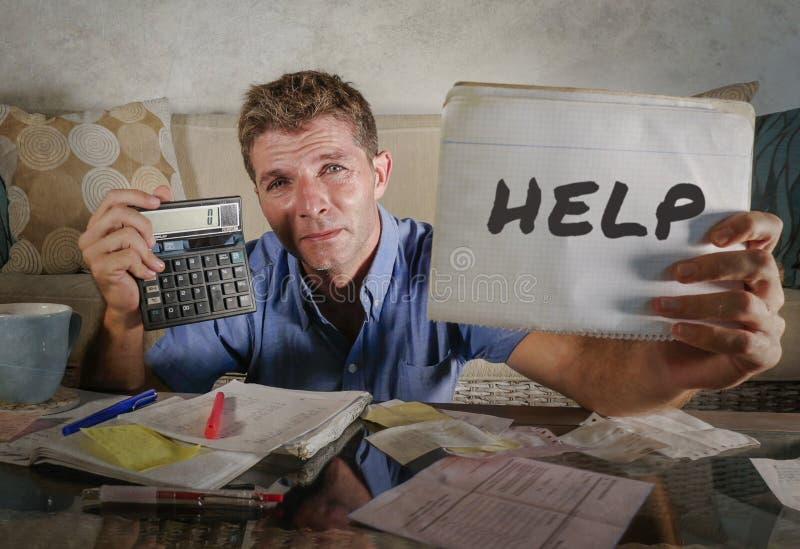在家计算月税expens的重音的年轻担心的人 库存照片