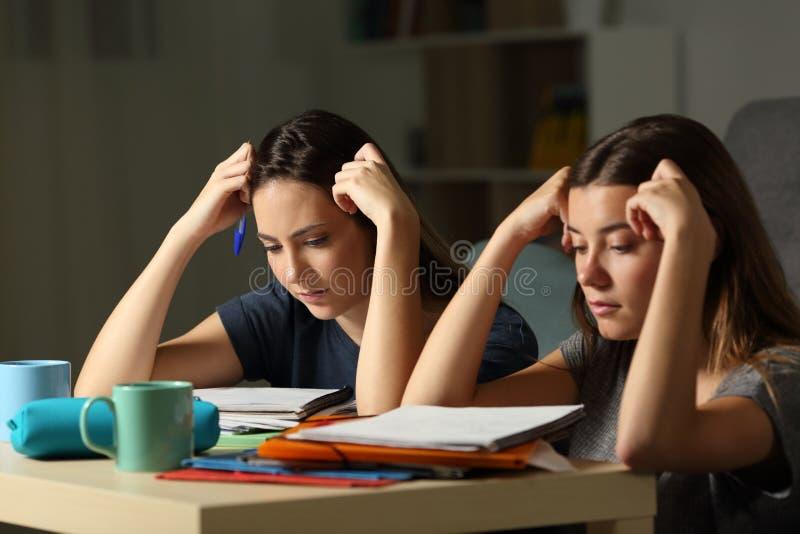 在家记住晚小时的用功学生夜 免版税库存图片