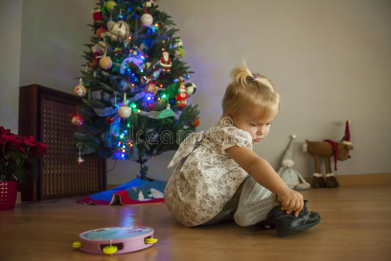 在家设定与光和ornam的女孩圣诞树 库存图片
