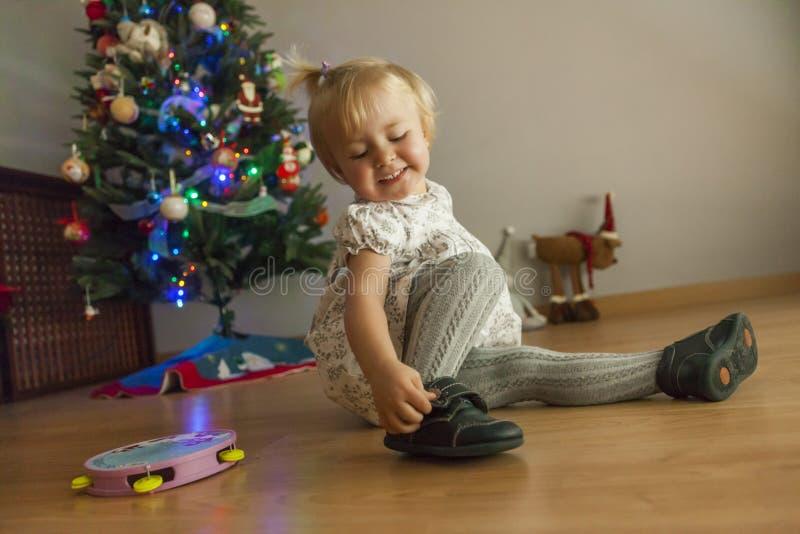 在家设定与光和ornam的女孩圣诞树 免版税图库摄影