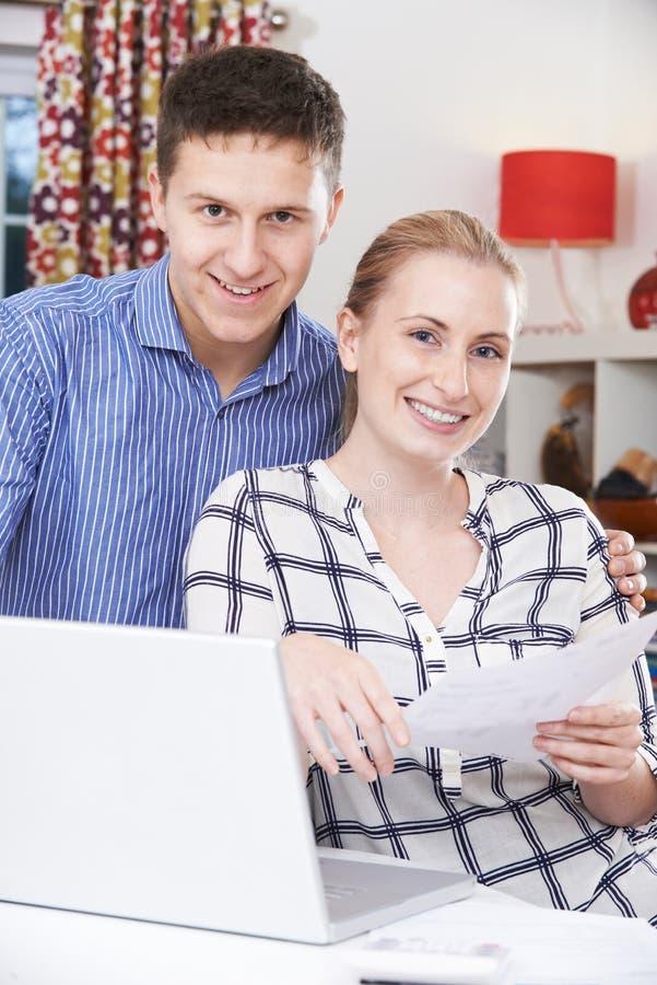 在家谈论的夫妇国内财务 免版税库存图片