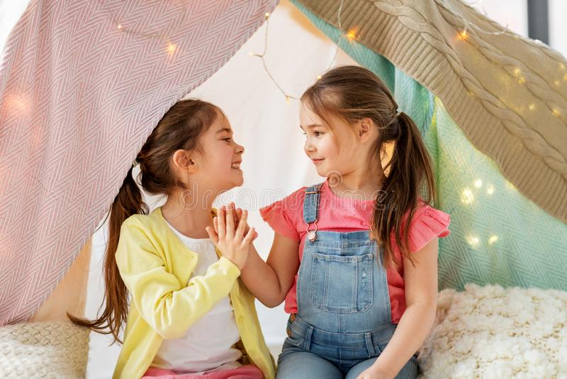 在家谈话愉快的女孩在孩子帐篷和 库存照片