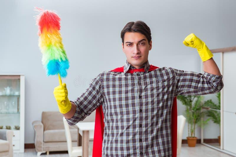在家运作特级英雄的擦净剂 免版税库存照片
