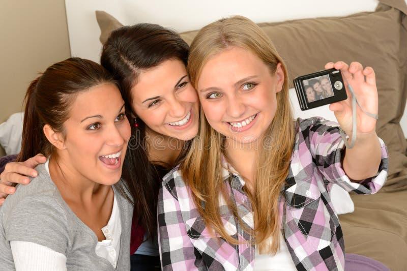 采取自画象的微笑的女孩 免版税图库摄影