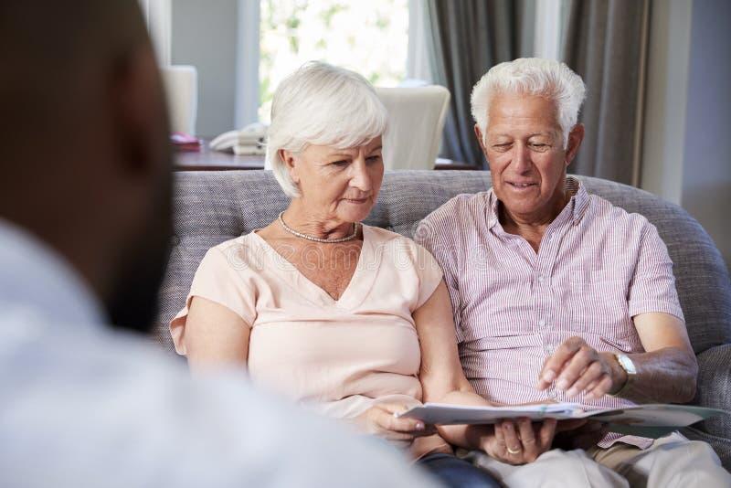 在家采取财政忠告的愉快的资深夫妇 免版税图库摄影