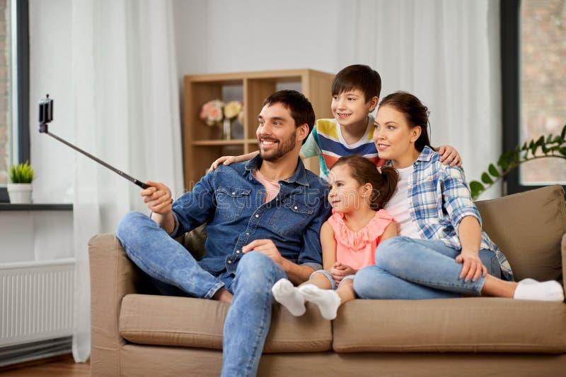 在家采取selfie的幸福家庭 库存照片