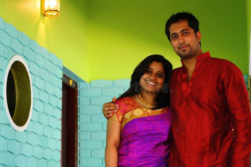 在家里面的英俊的印第安夫妇 免版税库存照片