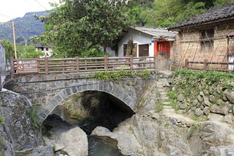 在家,多孔黏土rgb前面的小石曲拱桥梁 免版税库存照片