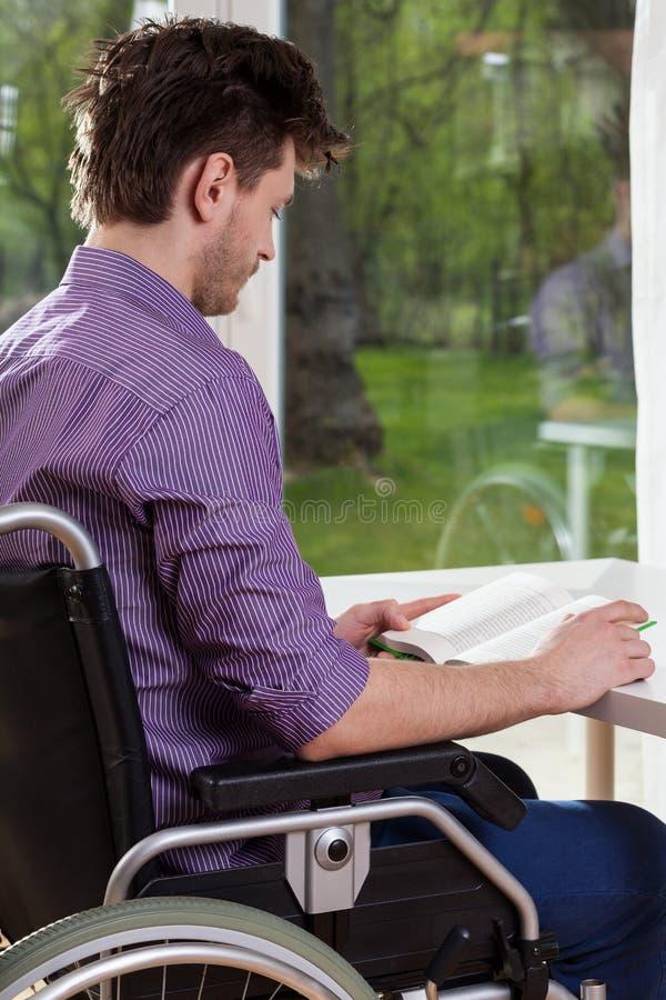 在家读书的残疾人 库存图片