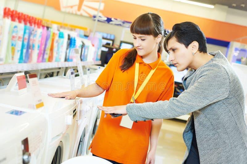 在家购物的妇女工具超级市场 免版税库存图片