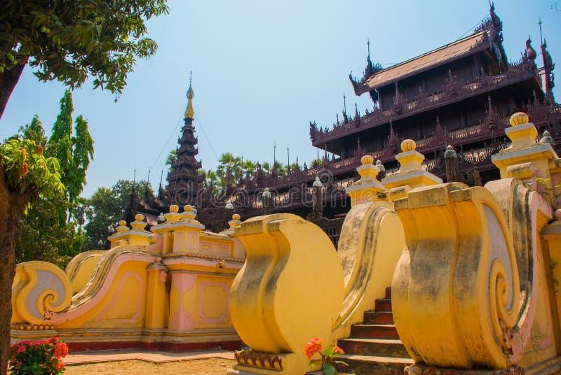 Download 在容器Kyaung的Shwe是木柚木树修道院在曼德勒,缅甸 库存图片 - 图片 包括有 拱道, 票据: 72363693