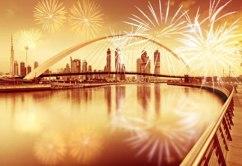 在容忍桥梁-异乎寻常的新年目的地,迪拜,阿拉伯联合酋长国附近的烟花 免版税库存照片