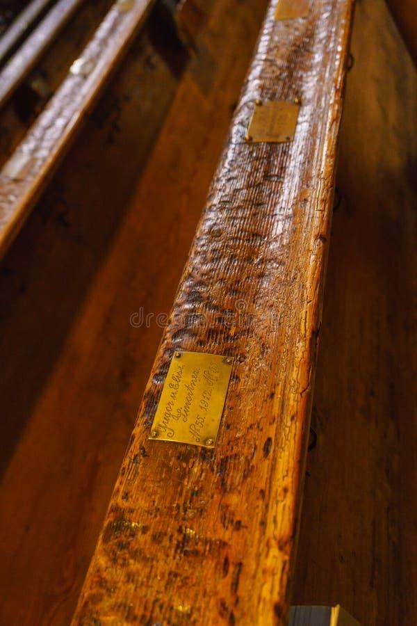在宽容大教堂内部的古老长凳有u的 免版税库存照片