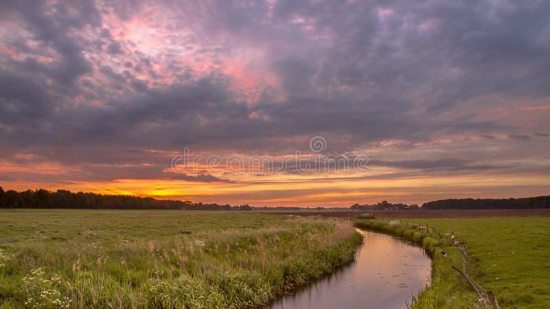 在宽广的河谷风景的日出 免版税库存图片