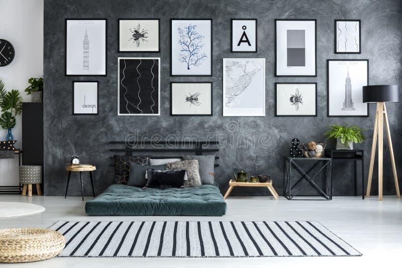 在宽敞公寓内部的镶边地毯与绿色蒲团a 库存照片