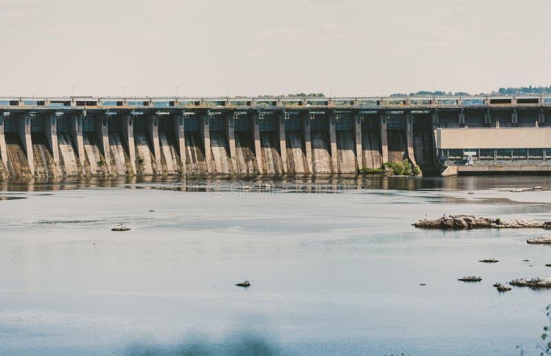 在宽河的具体水坝 免版税库存图片
