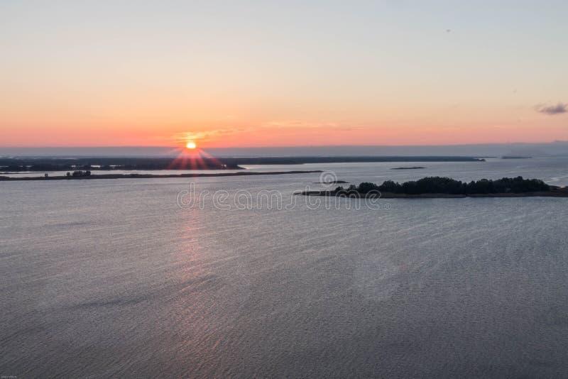 在宽河的日出 太阳在框架的左边缘 横向 库存图片